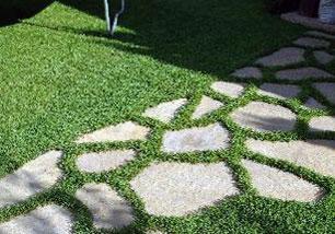 Узкая дорожка, мощеная плитками из природного камня.